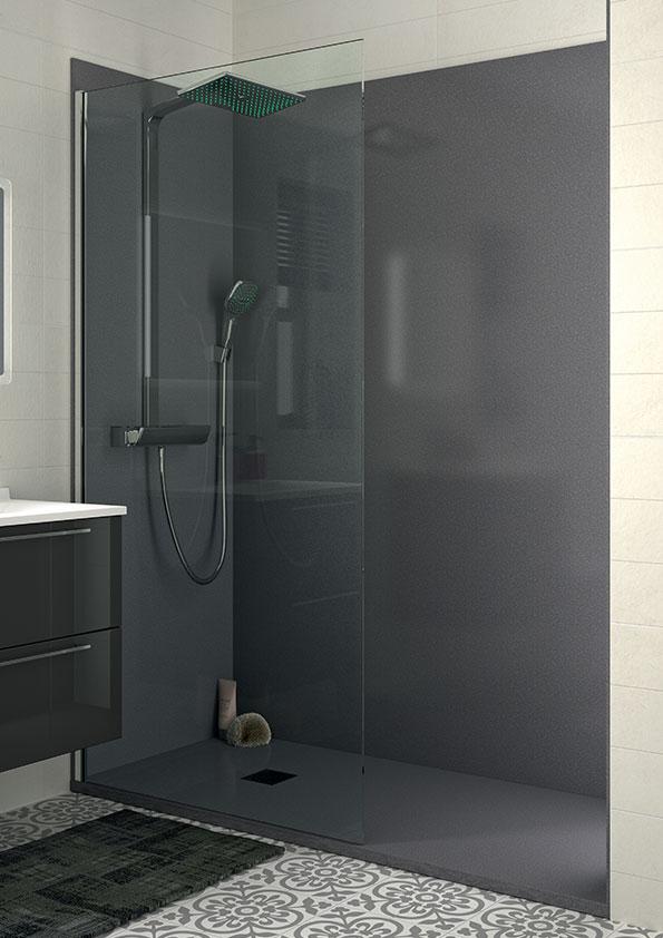 Remplacer-la-baignoire-par-une-douche,-receveur-et-panneaux-muraux-de-douche-gris