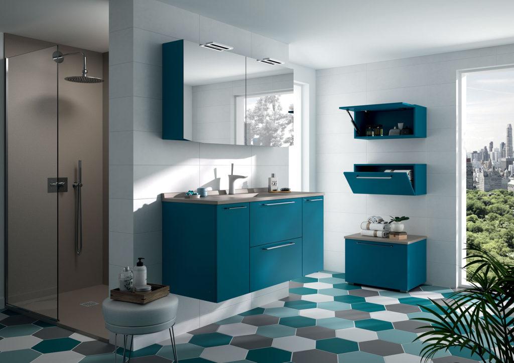 Meuble-vasque-bleu-salle-de-bains-Akido-Ambiance-bain,-douche-grise-receveur-gris,-panneaux-muraux-gris-et-armoire de toilette