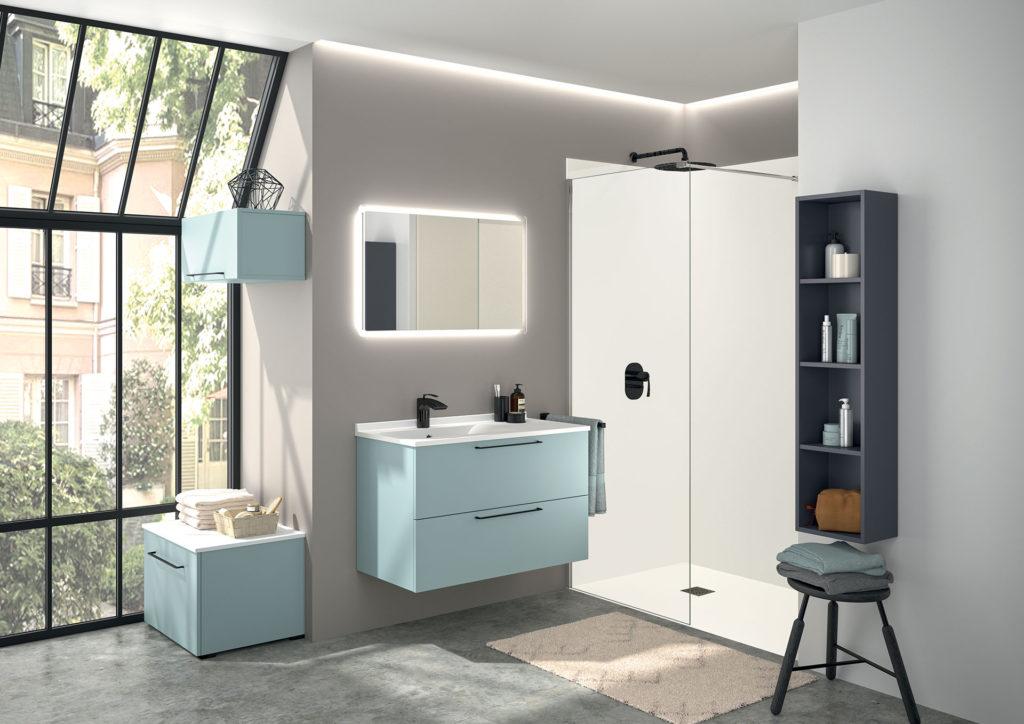 meuble-de-salle-de-blanc-bleu-ciel-avec-poignées-noires-colonne-et-miroir-akido-ambiance-bain