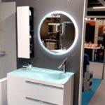 Meuble salle de bains blanc et bleu Joya design Mathilde Bretillot miroir rond led et demi colonne Ambiance Bain, vasque smo