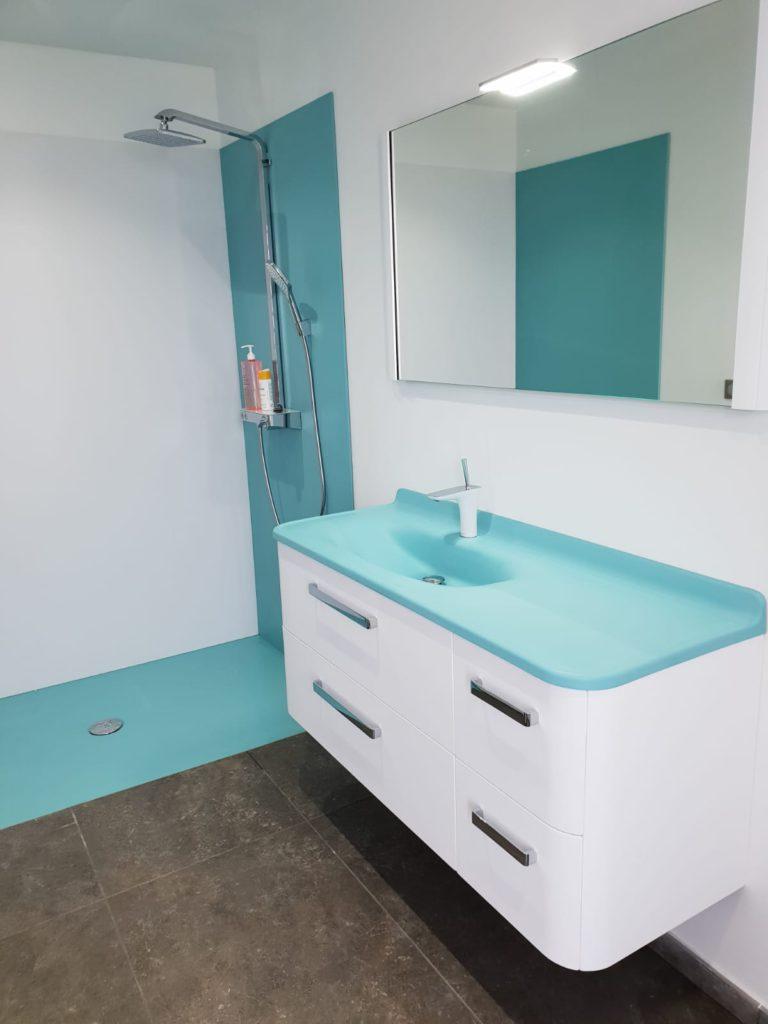 Meuble salle de bains bland et bleu turquoise, glam Ambiance Bain, miroir et douche Elegance, receveur bleu, panneau mural bleu, vasque smo