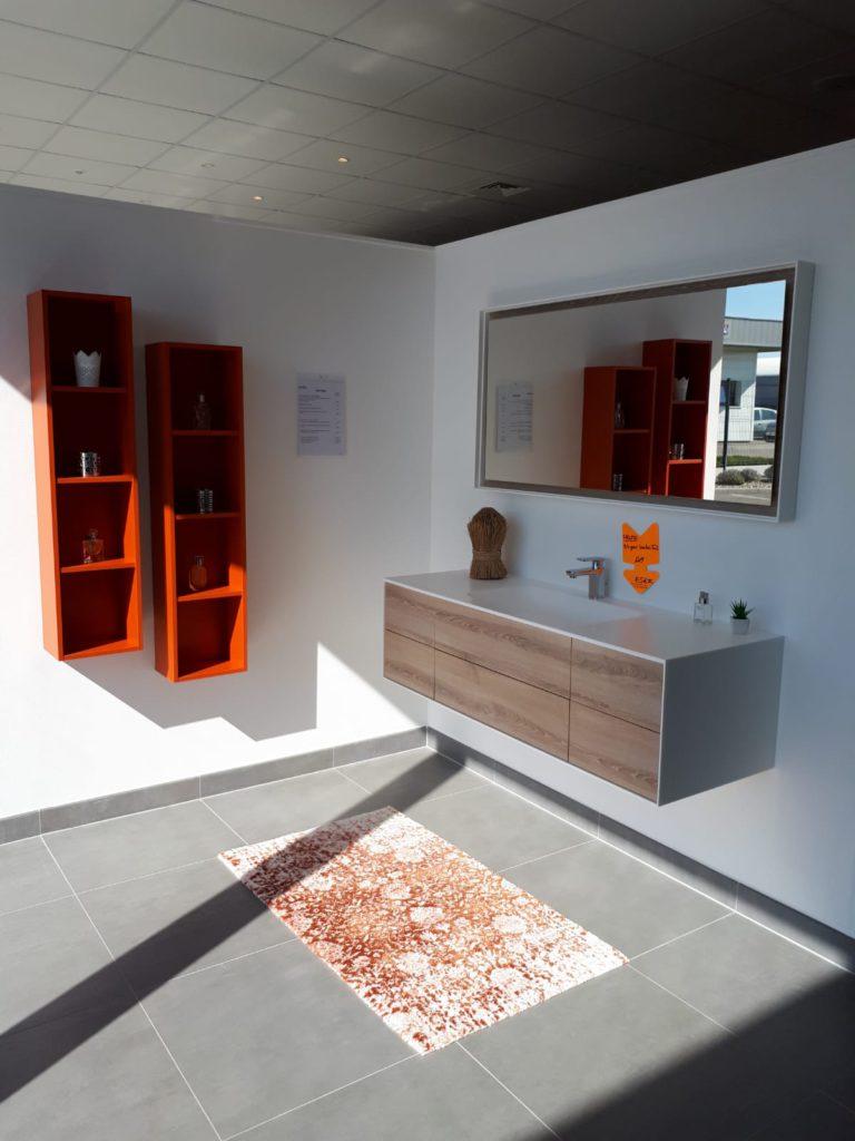 Meuble salle de bains bois blanc 140 cm 6 tiroirs solid surface kitoi ambiance bain, miroir et colonne niche orange style scandinave