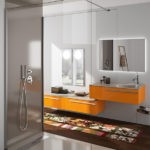 Meuble-vasque-Joya-Ambiance-bain-orange-et-gris,-vasque-de-designer,-miroirs-et-douche-grise2