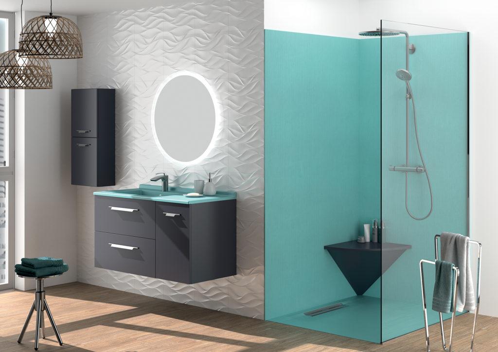Salle de bains bleu, Meuble vasque salle de bains gris et bleu Strada+ Ambiance Bain 2 tiroirs 1 porte, douche bleu turquoise, receveur bleu, panneaux muraux bleu et banc d'angle de douche gris