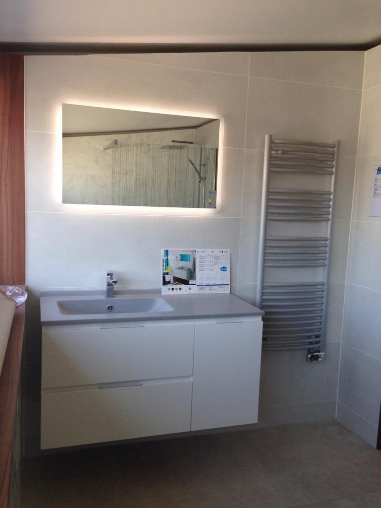 meuble salle de bains rialto aubade création espace aubade blanc et gris, miroir ambiance bain
